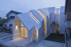 Les architectes de hkl studio ont imaginé une clinique au programme et à la forme singulière dans un quartier résidentiel de Tokyo. Au travers d'une série d'arches en béton, les volumes se croisent et permettent à la lumière naturelle de pénétre...