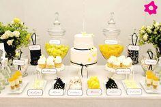 Uma sugestão para a mesa dos doces também mais colorida, com apontamentos em amarelo e preto. De qualquer forma, é uma decoração clássica, romântica e original, que visualmente não perde a suavidade de uma decoração em tons de branco. O objectivo é claramente atingido: uma mesa de doces irresistível! Foto: Amy Atlas