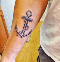 Tatuagem navy com âncora.