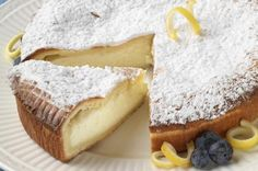 """La torta alla ricotta e limone è un dolce gustoso ma con pochi grassi, consigliato quindi ai golosi che devono o vogliono stare attenti alla linea. La ricotta è un ingrediente base di molti dolci famosi, come la cassata siciliana o i cannoli e si può utilizzare sia quella vaccina che quella di pecora; l'importante è che sia freschissima. La preparazione che descriverò, secondo la più accreditata tradizione della """"nonna"""", prevede la mescolanza del latticino all'impasto ma si può anche ..."""