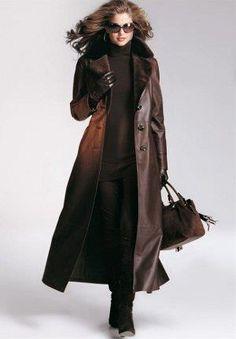 Женщины одетые в кожаные пальто