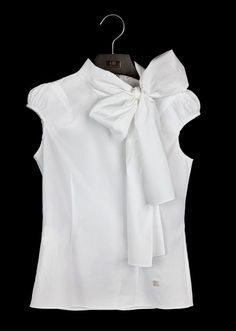 White Shirt by Carolina Herrera - The white blouse is a must in any closet garment female. It's a versatile piece that can be used in countless occasions and always make you look good! Fashion News, Fashion Outfits, Womens Fashion, Petite Fashion, Curvy Fashion, Fall Fashion, Fashion Trends, Classic White Shirt, Mode Chic