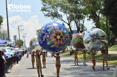 2 esferas elaboradas con material metalizado reflejante y 2 esferas pintadas a mano. representando a chignahuapan.