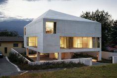 Das Haus bringt fünf Geschosse auf das knappe Grundstück | Bearth & Deplazes Architekten AG ©Ralph Feiner Fotografie, Malans