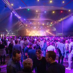 Een volle tent in het Oderkerkpark. Op 14 oktober met o.a. Frans Duijts op het podium. Op 15 oktober gaat het gratis Feestweekend door met optredens van 14.00-21.00 uur. Veel plezier!