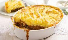 Shepherd s pie, ή αλλιώς πίτα του βοσκου βοσκού, σε συνταγή του κορυφαίου βρετανού σεφ. Πλούσια σε γεύση και πολύ χορταστική, ταιριάζει ωραία τόσο στο καθημερινό όσο και σε ένα γιορτινό τραπέζι. Προσαρμόστε την στα γούστα σας προσθέτοντας φρέσκα λαχανικά της αρεσκείας σας.
