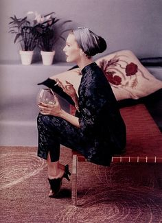 Chinoiserie style silk pajamas could be worn to host a party. Model Mary Jane Russell modeled them with a turban in Vogue in Vintage Vogue, Vintage Glamour, Moda Vintage, Vintage Beauty, 50s Vintage, Vintage Images, Vintage Style, 1950s Style, Suzy Parker