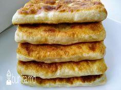 bunica.md — Plăcinte pe tigaie pe bază de zer Hot Dog Buns, Hot Dogs, Romanian Food, Tasty, Yummy Food, Bread, Breakfast, Morning Coffee, Delicious Food