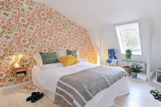 Beautiful Bedroom Design Inspiration With Floral Wallpaper: Impressive Bedroom with Beautiful Floral Wallpaper Design and Cozy King Size Bed also Small Wood Nightstand Table and Blue Chair and White Wood Laminate Floor – Ewehome Interior Design Ideas and Furniture