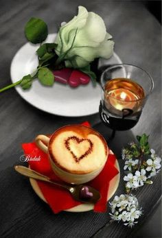 Coffee heart candle and Flowers Coffee Vs Tea, Sweet Coffee, Coffee Latte, Coffee Cups, Good Morning Coffee, Good Morning Friends, Coffee Time, Tea Time, Red Velvet Muffins