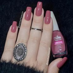 False nails have the advantage of offering a manicure worthy of the most advanced backstage and to hold longer than a simple nail polish. The problem is how to remove them without damaging your nails. Nails Polish, Nail Polish Colors, Toe Nails, Shellac Colors, Elegant Nails, Stylish Nails, Trendy Nails, Milky Nails, Mauve Nails