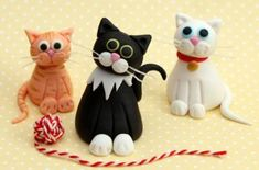 This recipe makes one 3 inch tall fondant cat, ideal to decorate cakes or cupcakes. With their inquisitive expressions and cute whiskers, these little cake toppers make perfect party decorations for kids' birthdays or novelty bakes. Cat Cake Topper, Cake Topper Tutorial, Fondant Cake Toppers, Fondant Tutorial, Fondant Cupcakes, Cupcake Toppers, Chat Fondant, Fondant Cat, Fondant Animals