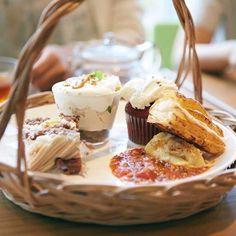 10/31までの期間限定メニュー「#モアアフタヌーンティーセット(14時以降の限定メニュー)」では、Afternoon Teaの35周年を記念したスペシャルメニュー「#パイアンドマッシュ」、「#バタースコッチのトライフル」、「#レッドヴェルヴェットケーキ」が同時に食べられちゃうんです!季節のスコーンの「#ビスケットスコーン」や人気の「#モンブラン」も選択肢にありますよ。じっくり悩んで、ご自身の好きなものが満載のセットにしてお楽しみくださいね♪ ※一部店舗では実施しておりません。 ・ #モアアフタヌーンティーセット #AfternoonTea #AfternoonTeaTEAROOM #アフタヌーンティー #アフタヌーンティーティールーム #紅茶 #ティー #ティータイム #スイーツ #パイ #ケーキ #ロンドン #フェイバリットロンドン #35周年 #期間限定 #秋 #tea #teatime #sweet #pie #cakes #London #favouritelondon #limitedmenu by afternoontea_official