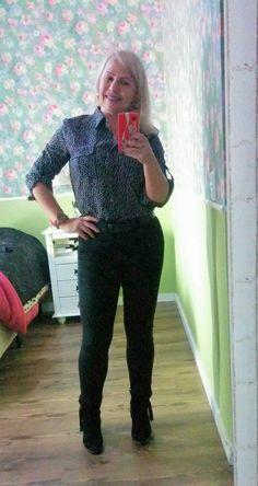 Look básico de trabalho: calça e camisa Calvin Klein