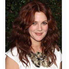Su cabello ha pasado por todos los tonos y tendencias pero quizá el que mejor le sienta es el pelo rojo. Aquí la vemos con un tono más caoba y con ondas, muy favorecedor y natural. Otros artículos interesantes: Pelo rosa, el nuevo rubio Colorea tu melena este verano
