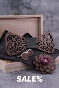 #NoeudPapillonBois #NoeudPapillon #WoodenBowTie #WoodBowTie #GroomsmenBowTie #WoodenTie #HandmadeTie #WeddingAccessories Bow Tie Theme, Bow Tie Party, Bow Tie Wedding, How To Tie Ribbon, Ribbon Bows, Floral Bow Tie, Lapel Flower, Wooden Bow Tie