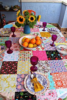 mesa com toalha em patchwork, para um almoço de verão no terraço