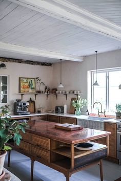 La cuisine contemporaine avec îlot parfaite pour une maison de campagne - PLANETE DECO a homes world Kitchen Post, New Kitchen, Swedish Kitchen, Cornwall Cottages, Sweden House, Lakeside Cabin, Devol Kitchens, English Interior, Old Cottage