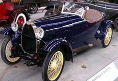 Bugatti Type 23, voiture routière de 1920  La Bugatti Type 23, cette voiture ancienne fut produite de 1920 à 1926, un moteur de quatre cylindres 1,5 l pour 40 ch et une vitesse maximum de 100 km/h.