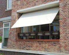 Dit unieke Flex Frame van Nesling is te combineren met ieder Coolfit rolgordijn en verandert het rolgordijn in een zonnescherm voor uw balkon. Het Flexframe bestaat uit gepoedercoat staal in de kleur antraciet en is heel eenvoudig te monteren zonder te boren. De poten van dit unieke flex systeem zijn in hoogte verstelbaar, waardoor deze geklemd kunnen worden tussen de vloer en het plafond van uw balkon. #balkon #schaduw #zonnescherm Store Bateau, Stores, Garage Doors, Windows, Outdoor Decor, Home Decor, Garden Ideas, Gardens, Rolling Shutter