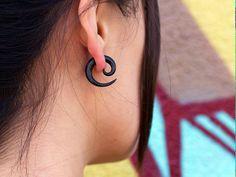 Boucles doreilles biologiques - récupéré corne petites spirales faux jauges  Ces petites spirales passer à travers les oreilles percées ordinaires,