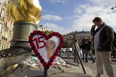 "A woman stands in front of the ""Flame of Liberty"" statue in memory of Britain's Princess Diana near the Pont de l'Alma in Paris August 31, 2012. People left flowers and messages near the statue to mark the 15th anniversary of the death of Princess Diana. REUTERS/Gonzalo Fuentes (FRANCE - Tags: ANNIVERSARY ROYALS SOCIETY)"