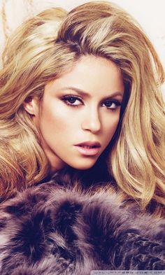 Shakira es famosa. Tambien es muy bonita. Ella es cantante.