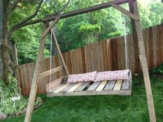 Pallet Plans 40 DIY Pallet Swing Ideas - You can hang a pallet porch swing from the ceiling and enjoy a quite morning coffee. Dangle a pallet swing bench from a sturdy tree in the yard so the kids can Porch Swing Pallet, Yard Swing, Pallet Swings, Outdoor Pallet, Diy Porch, Diy Patio, Pallet Creations, Wooden Pallets, Pallet Wood