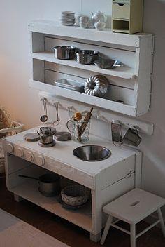 récuperation de bois de palette transformé en cuisinette grandeur touts petits