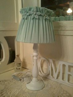 Lampada con paralume in tessuto shantung e base bianca in legno