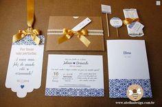 A @abelhadesign_debora é uma empresa de papelaria de casamento incrível! O trabalho dela é sempre de qualidade e criativo.  AMAMOS essa combinação rústica e clássica com arabescos azul e dourado.  Orçamentos  Whatsapp: (11) 95450-2962 E-mail: contato@abelhadesign.com Direct no Instagram @abelhadesign_debora  Eles entregam em todo Brasil!