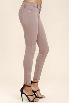 Every step you take in the Audrey Mauve Ankle Skinny Jeans is a step in the right direction! Stretch denim creates a casual look from a low-rise waist down skinny, cropped pant legs. Brass zippers at the ankle accent frayed hems. Five pocket styling, branded top button, and hidden zip fly. Belt not included.