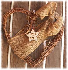 Burlap Wedding Wreath: simple! Pourrait mettre vos noms/initiales sur le ruban. Le tout accroche dans l'arche!