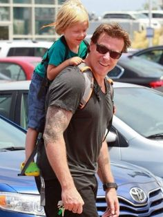 dean mcdermott using piggyback carrier, cool!