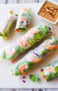 Homemade Fresh Summer Rolls with Easy Peanut Dipping Sauce are healthy, adaptable, and make a wonderful light dinner, lunch, or appetizer. Here's exactly how I make… Healthy Snacks, Healthy Recipes, Healthy Picnic Foods, Vegetarian Picnic, Picnic Snacks, Beach Picnic Recipes, Food For Picnic, Picnic Lunch Ideas, Easy Picnic Food Ideas