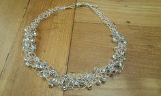 Deze prachtige verzilverde ketting is afgewerkt met mooie zilverkleurige kralen. Combineer met bijpassende oorhangers en armbanden tot een schitterend geheel.