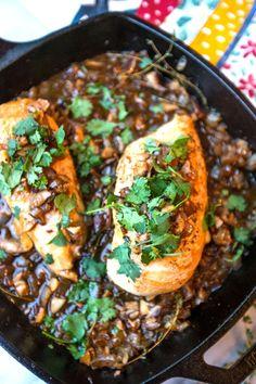 Pollo al sartén con champiñones y salsa de cebolla