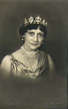 Sapphire and diamond belle epoque tiara being worn by Princess Thyra of Denmark. She never married or had children so on her death in 1945, the tiara went to her niece, Princess Caroline-Mathilde.