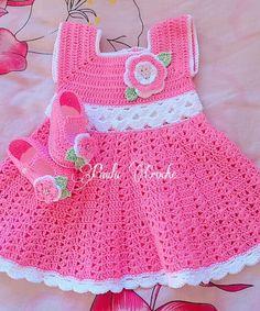 Vestido e sapato de croche Confeccionados com linha 100% algodão Confeccionados também em outras cores A cliente pode fazer combinações de cores Tamanhos: 0 a 3 meses 3 a 6 meses Informar o tamanho e a cor no ato da compra