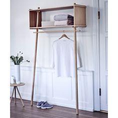 Töjbox fra WOUD er ideelt til opbevaring af jakker, tøj og accessories, og looket kan nemt tilpasses din stil.