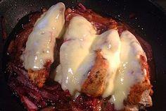 Überbackene Hähnchenbrustfilets im Zwiebelbett