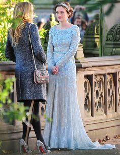 Leighton Meester looks stunning as Blair Waldorf, in a baby blue Elie Saab gown filming 'Gossip Girl' on location in Central Park on October the . Gossip Girls, Estilo Gossip Girl, Gossip Girl Outfits, Gossip Girl Fashion, Gossip Girl Dresses, Blair Und Serena, Estilo Blair Waldorf, Robes Elie Saab, Estilo Preppy