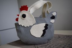 Süti és más...: Tojásgyűjtő tyúkos táska DIY Minion, Planter Pots, Diy, Throw Pillows, Bricolage, Minions, Do It Yourself, Homemade, Diys