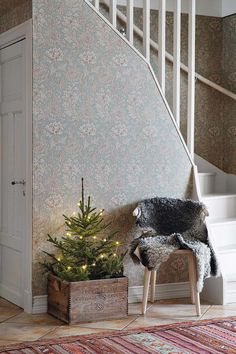 A hygge Christmas decoration in the old Swedish farm - PLANETE DECO a homes world Noel Christmas, Rustic Christmas, Simple Christmas, Winter Christmas, Christmas 2019, Christmas Crafts, Christmas Stairs, Hygge Christmas, Christmas Design