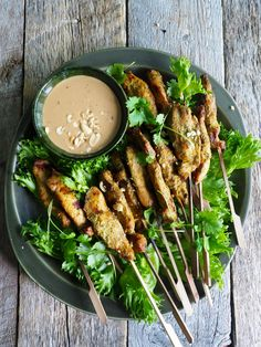 Kylling satay med peanøttsaus Tapas, Nom Nom, Grilling, Food And Drink, Low Carb, Cooking Recipes, Lunch, Homemade, Snacks