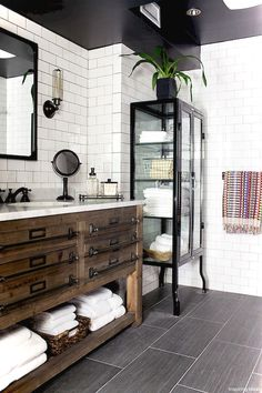 Adorable 99+ Luxury Black and White Bathroom Ideas https://lovelyving.com/2017/12/17/99-luxury-black-white-bathroom-ideas/