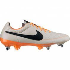 De #Nike Tiempo Legend V SG-Pro 631614 #voetbalschoenen voor heren leveren een perfecte touch. De schoenen voor de voetballer die op zoek is naar topkwaliteit. #dws