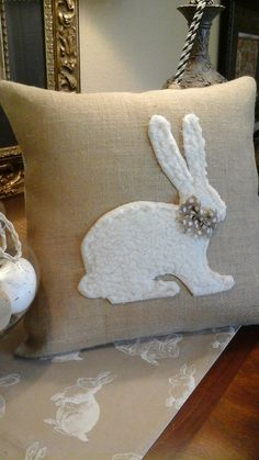 Easter Bunny Appliqued Burlap Pillow Cover by TheElegantClutter Easter Bunny IDEA for row of bunnies, quilt hanging. Appliqued Burlap Pillow Cover by TheElegantClutter Make your Easter home decorations unique and special with some exclusive Easter Pillows Applique Pillows, Burlap Pillows, Sewing Pillows, Throw Pillows, Decorative Pillows, Easter Pillows, Diy Ostern, Easter Crafts, Easter Decor