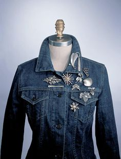 How to Wear a Brooch/ Pin-Add Multiple on a Jacket in various designs. Denim Fashion, Fashion Outfits, Fashion Tips, City Fashion, Estilo Jeans, Vintage Outfits, Vintage Fashion, All Jeans, Altered Couture