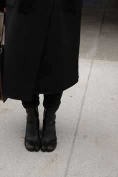 Desi is wearing: Maison Margiela Tabi boots, Céline Tri-Fold bag, Wrap coat, Knit jumper, Mom jeans L'Or Liquide maxi earrings by teetharejade Margiela Shoes, Mode Shoes, All Black Looks, Fashion Details, Fashion Design, Fashion Outfits, Womens Fashion, Look Cool, Fashion Pictures